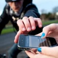 Безработный отнял у 19-летней омички мобильный телефон