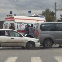 В Омске на перекрестке 10-летия Октября и Декабристов собралась пробка из-за ДТП