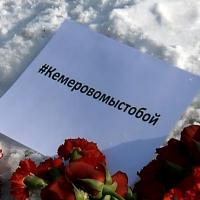 Омичи приносят цветы и шары в сквер Дружбы народов