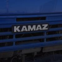 На дороге в Омской области КамАЗ ночью задавил 24-летнюю девушку
