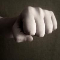 В Омской области мужчина сломал сельчанину ребро