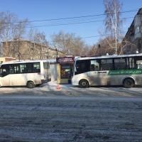 В Омске на остановке столкнулись 2 маршрутки