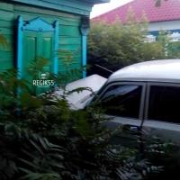 В центре Омска пьяный водитель въехал в жилой дом