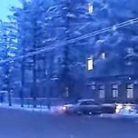 В Омске «Тойота» устроила дрифт у здания УМВД