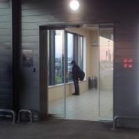 В Омске для покупателей сделали теплую остановку