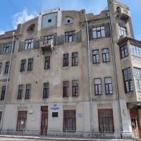 В Омске отремонтируют здание с уникальной росписью на фасаде