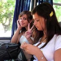 Две молодые омички в маршрутке №394 включили музыку и не реагировали на замечания