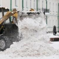Омские дорожники после снегопада убирали улицы в две смены