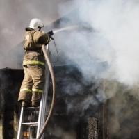 36 пожарных тушили частный дом в центре Омска (фото)