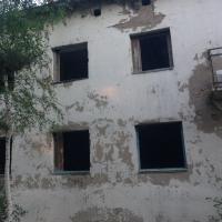 Прокуратура через суд обязала омскую компанию снести аварийное здание