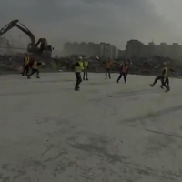 Рабочие сыграли в футбол на руинах «Арены Омск»