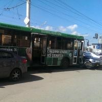 На Левоборежье Омска пассажирский автобус зацепил 12 автомобилей