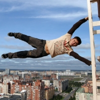 В Омске мужчина остался жив после падения с 11-го этажа