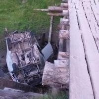 Мужчина без прав перевернулся в кювет у деревянного моста в Омской области