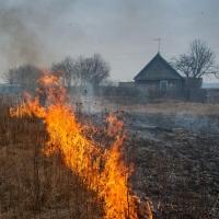 В Омске огонь угрожал жилому сектору