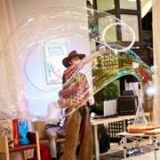 Роскошное и сказочное шоу мыльных пузырей