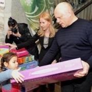Виктор Назаров организовал встречу приёмных детей и детей-инвалидов с Дедом Морозом
