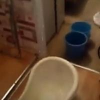 В одной из омских квартир с потолка льется вода с канализации