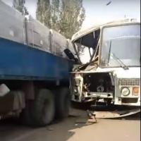 Автокран и автобус столкнулись в Омске