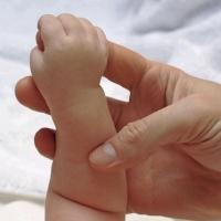 Уже нашлись желающие удочерить новорожденную из Омска
