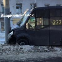 В Омске маршрутка с пассажирами на большой скорости влетела в столб