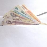 В Омске кассир банка при размене пятитысячной купюры выдала клиенту 137 тысяч рублей