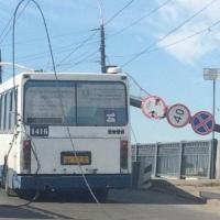 Названа причина падения столба на автобус в Омске