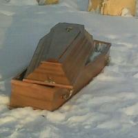 Омичи обсуждают брошенный у дороги гроб