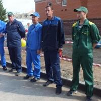 В Омске крановщики протыкали надувные шары с высоты 54 метра