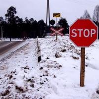 Сломанный шлагбаум остановил движение машин в Омске