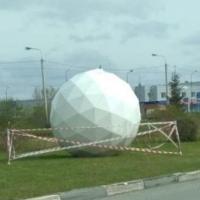 Омичи гадают, что символизирует шар на бульваре Архитекторов