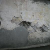 В омской гимназии на школьницу упал потолок