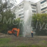 В Омске из-под земли забил фонтан