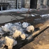 В историческом центре Омска на молодого человека упала глыба льда