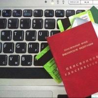 Мошенники через интернет сняли деньги с карточки 65-летней омички