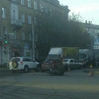 В Омске мотоциклист ехал на красный по 25-й Линии и попал под машину
