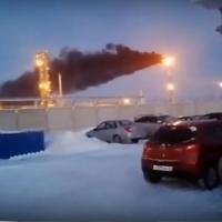 Сотрудник омского «Полиома» заснял, как из трубы предприятия валит черный дым