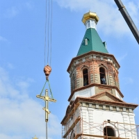 В Омске «Титан» помог установить самый большой купол и крест на Воскресенский собор