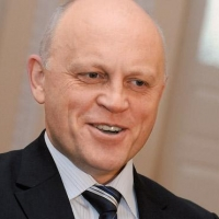 Министр спорта России помешал омскому губернатору проводить сына в первый класс