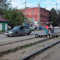 Около трамвайных путей в Омске сбили мужчину
