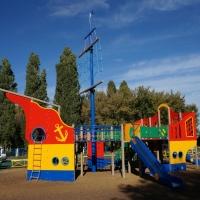 Омская мэрия обновила детскую площадку от фонда Натальи Водяновой