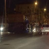 В Омске под Метромостом перевернулся УАЗ-452 «Почты России»