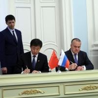 Китайской делегации в Омске вручили древний череп буйвола