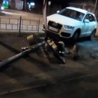 В Омске на перекрестке иномарка снесла светофор