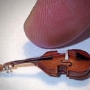 Омский микроминиатюрист сделал самый маленький контрабас в мире
