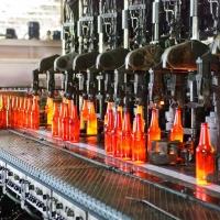На Омском стекольном заводе началось производство цветных бутылок