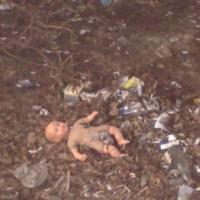В Ленинском округе Омска за гаражами нашли тело младенца