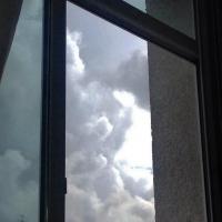 В Омске мужчина выпал из окна