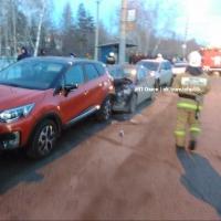 В Омске при столкновении шести автомобилей пострадала девушка