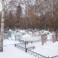 Житель Омской области из мести повредил памятники на кладбище